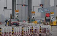 معترضان هنگکنگی به ساختمانی که بهعنوان مرکز قرنطینه افراد وارد شده از چین در نظر گرفته شده بود، حمله کردند