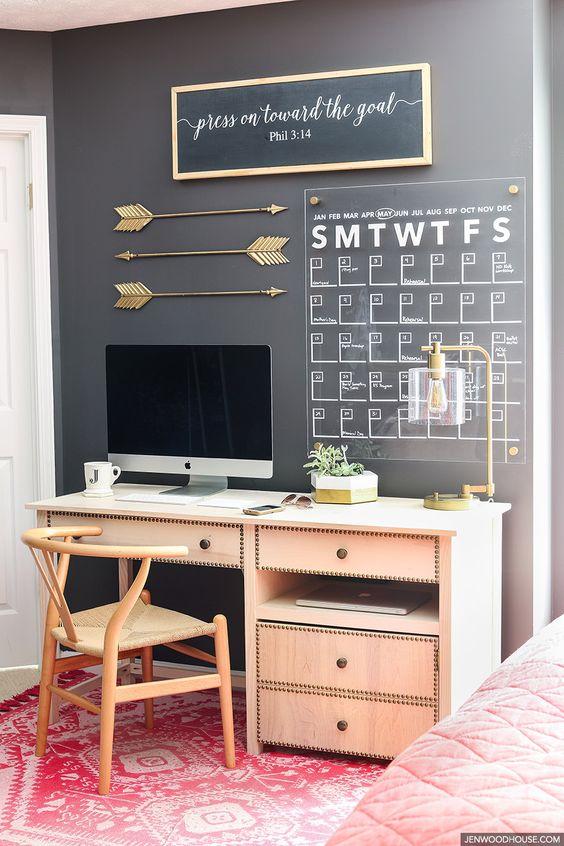 تقویم دیواری برای میز مطالعه
