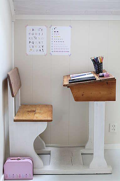 میز مدرسه در نقش میز مطالعه