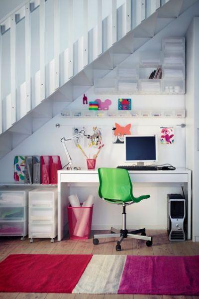 فضای و میز مطالعه ی زیر پله